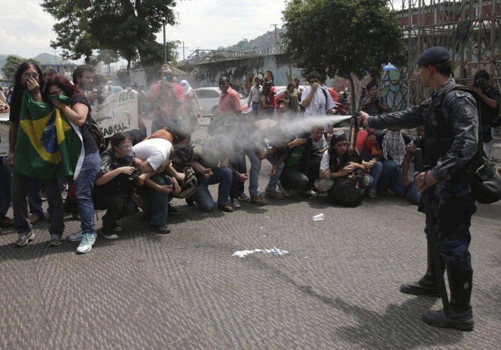 Использование перцовых баллончиков против демонстрантов