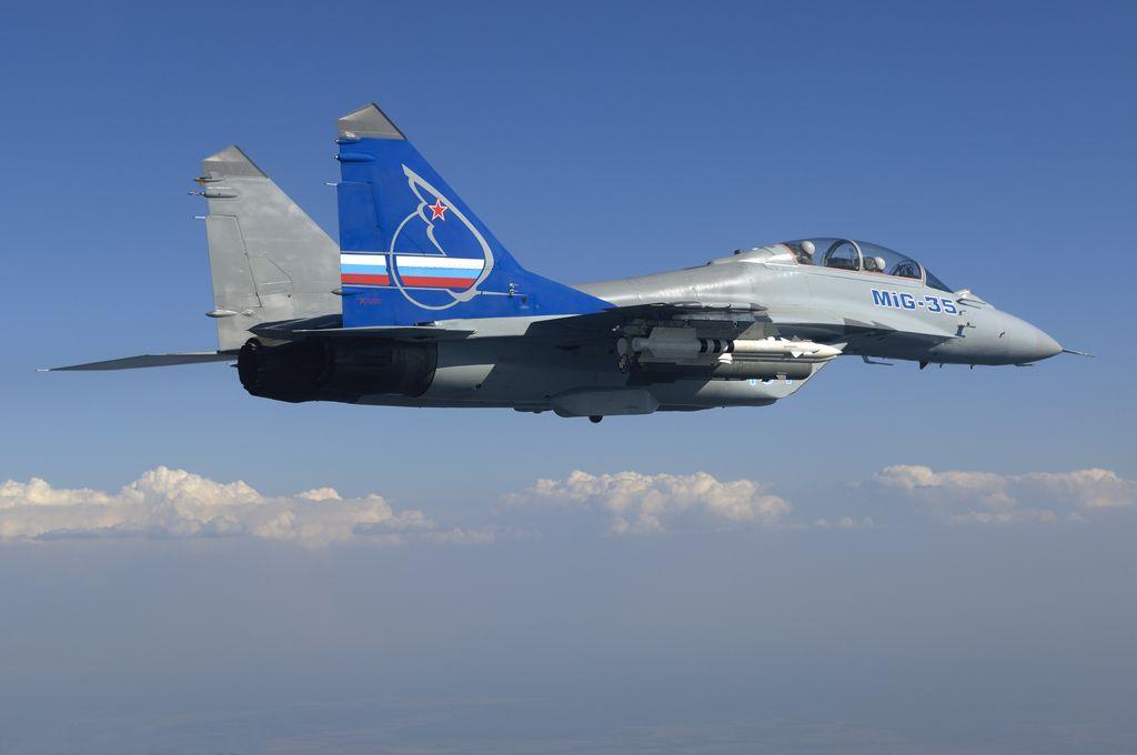 Истребитель МиГ-35 в небе