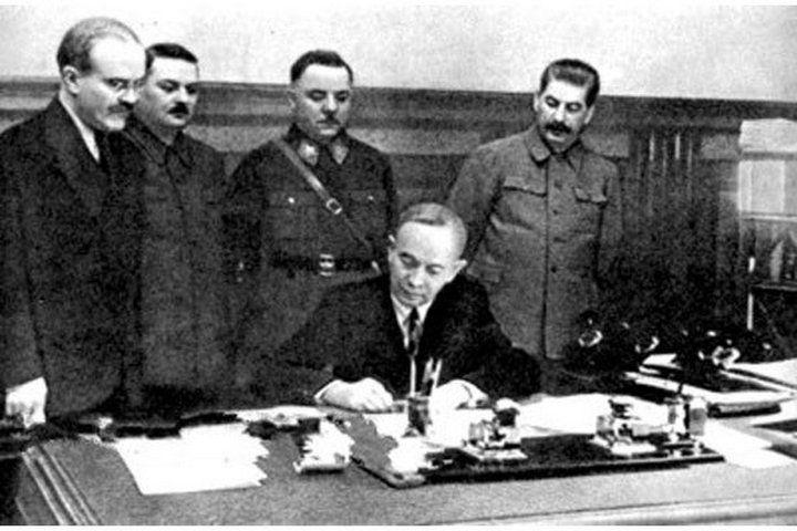 Куусинен подписывает мирный договор