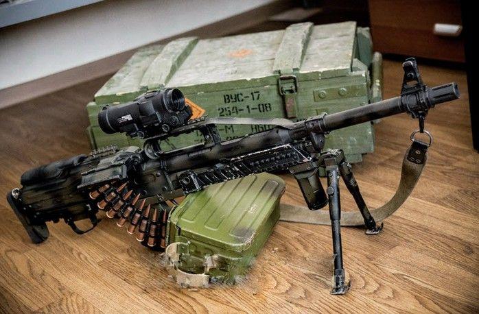Прицел монтируется на рассекатель, что затрудняет переноску оружия