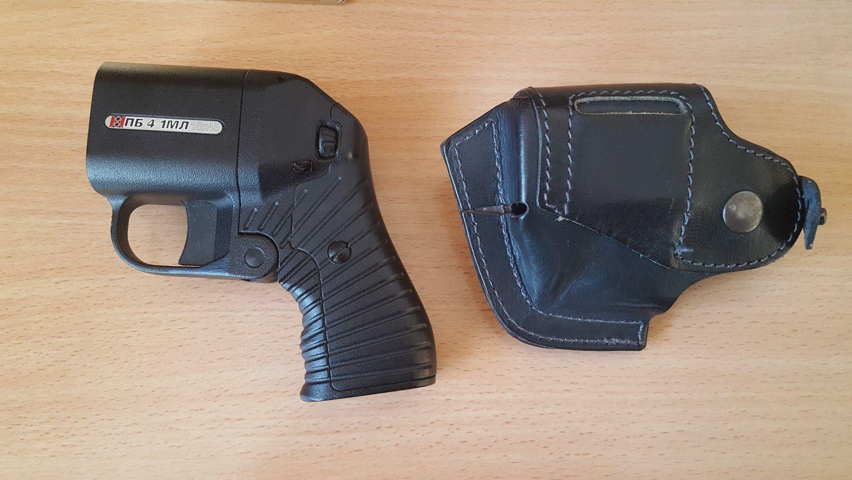 Травматический пистолет с кобурой