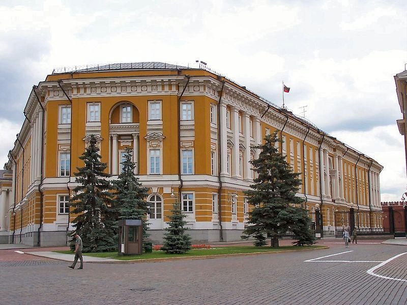Военнослужащий Президентского полка на фоне Сенатского дворца