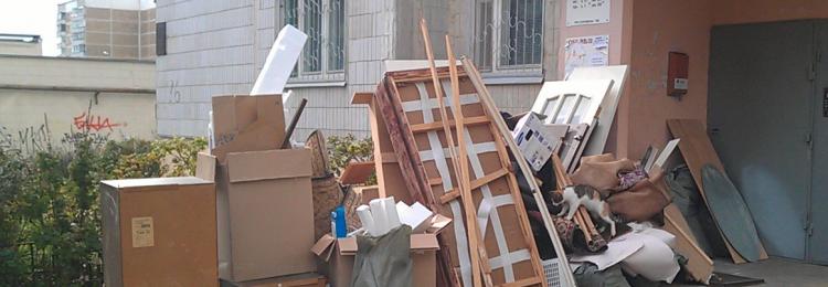 Отец поругался с матерью и вынес всю мебель на помойку
