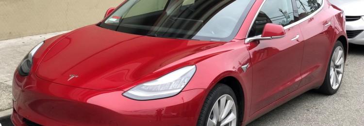 Беспилотная Tesla уверенно едет по городским улицам