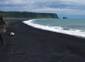 Черный песок на пляже в Исландии: причина этого природного явления