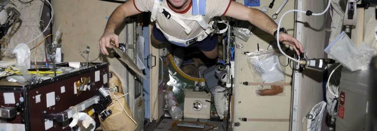Сколько получают космонавты и астронавты?