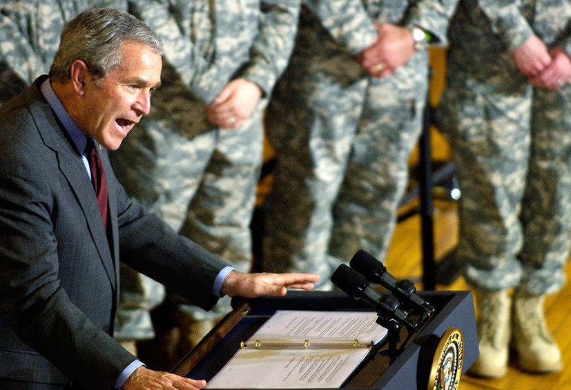 Буш выступает перед военными