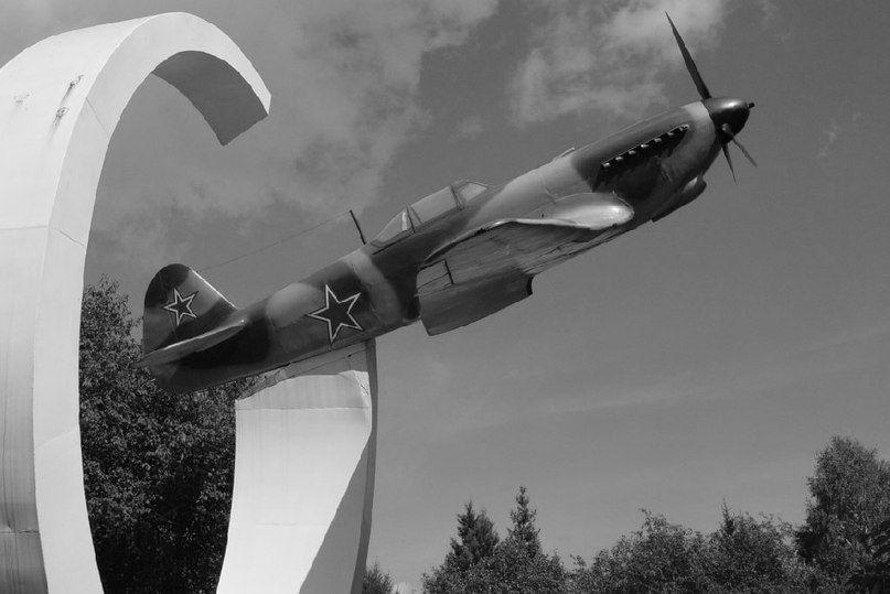 Мемориал Як-9 в Новосибирске