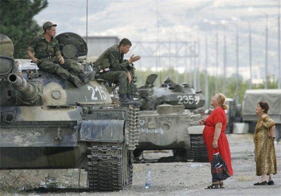 Российские солдаты и мирные жители
