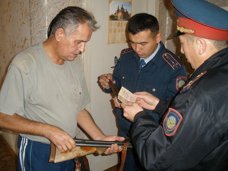 Сотрудники полиции проверяют оружие