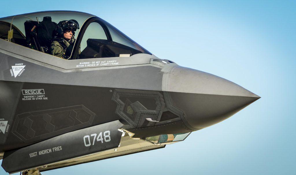 F-35 с пилотом