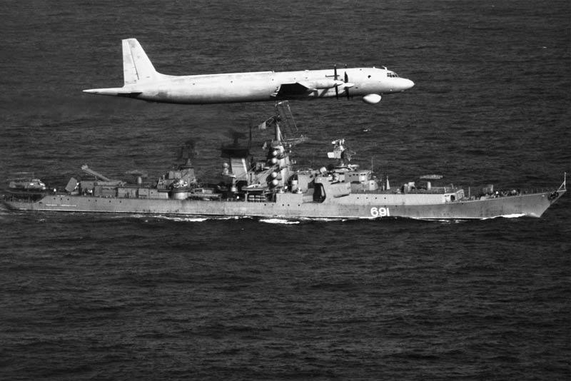 Ил-38 над крейсером