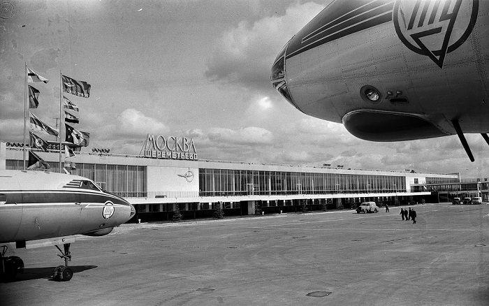 Самолет в аэропорту Москва
