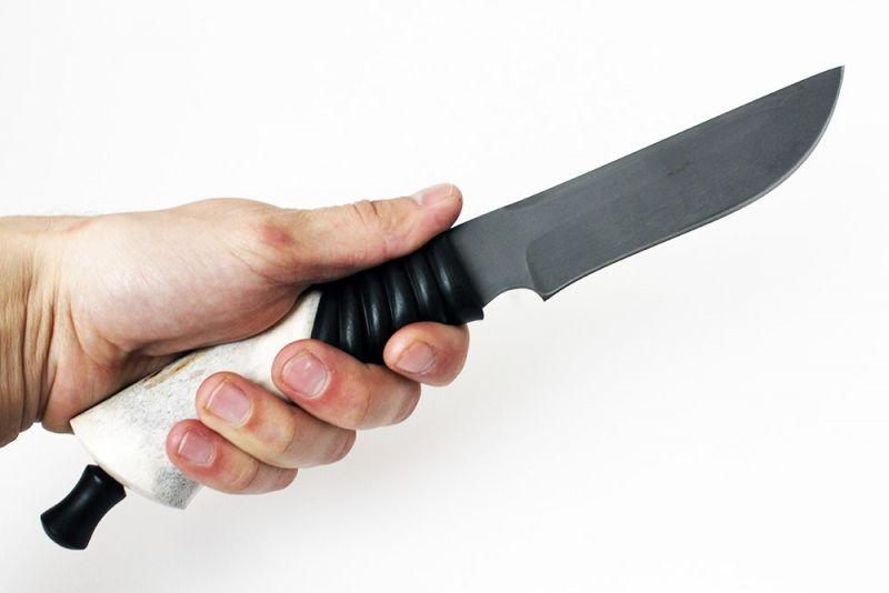 Булатный нож в руке
