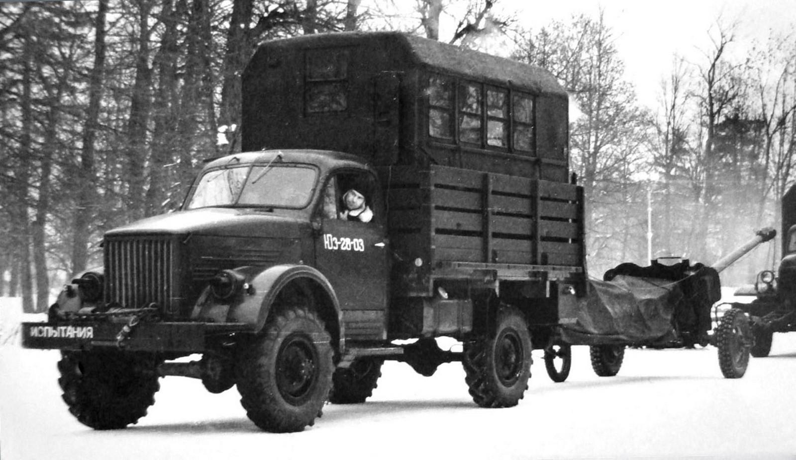 ГАЗ-63 буксирует орудие