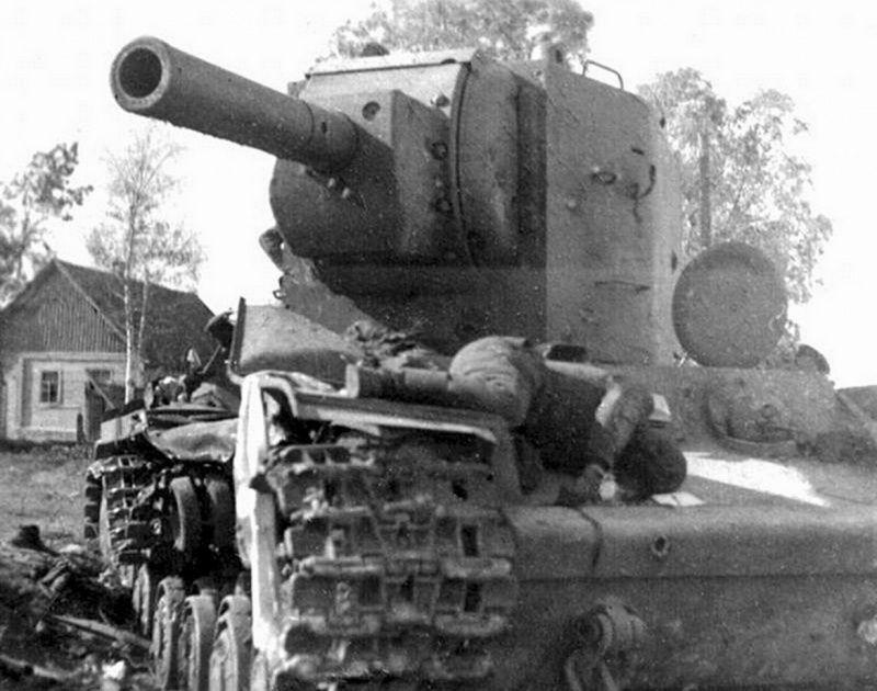 Мертвый танкист на броне подбитого КВ-2