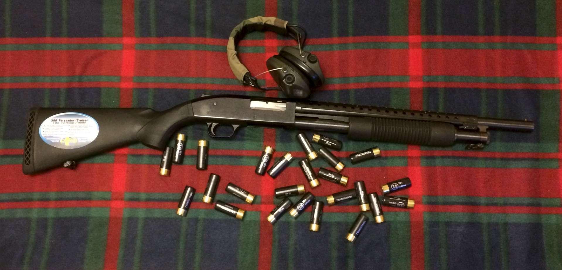 Mossberg 500, наушники и патроны