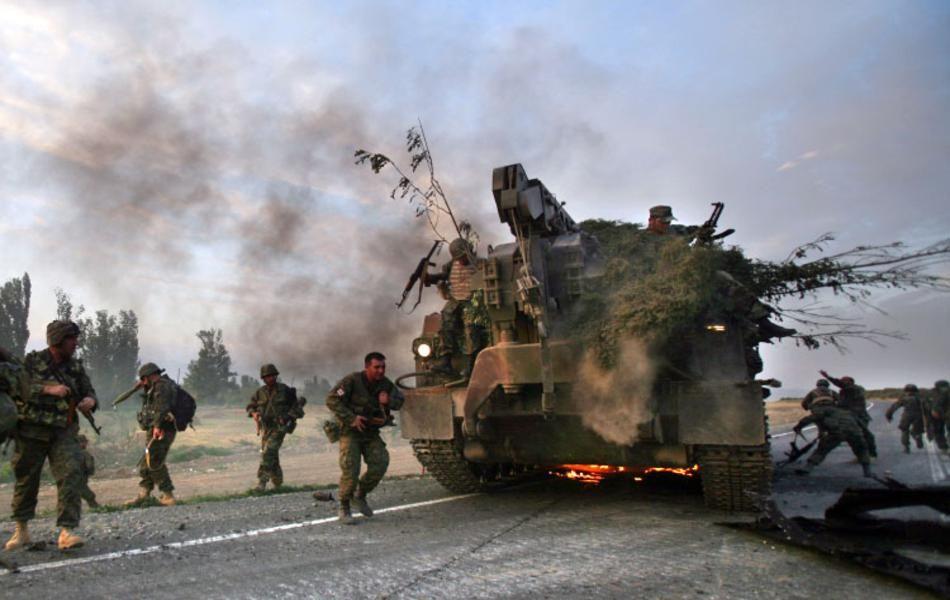 Солдаты покидают горящую машину