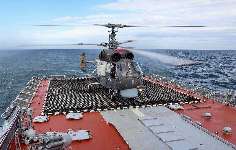 Вертолет на палубе
