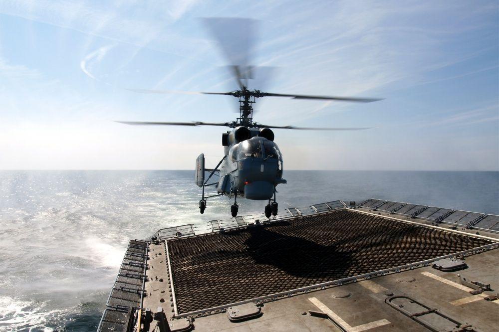 Вертолет на площадке фрегата