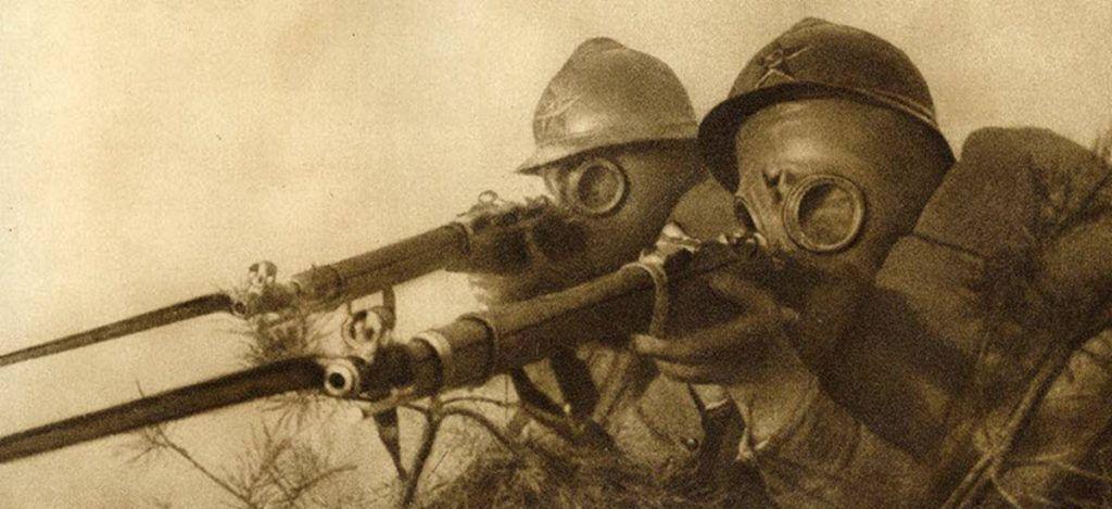 Солдаты в касках и противогазах