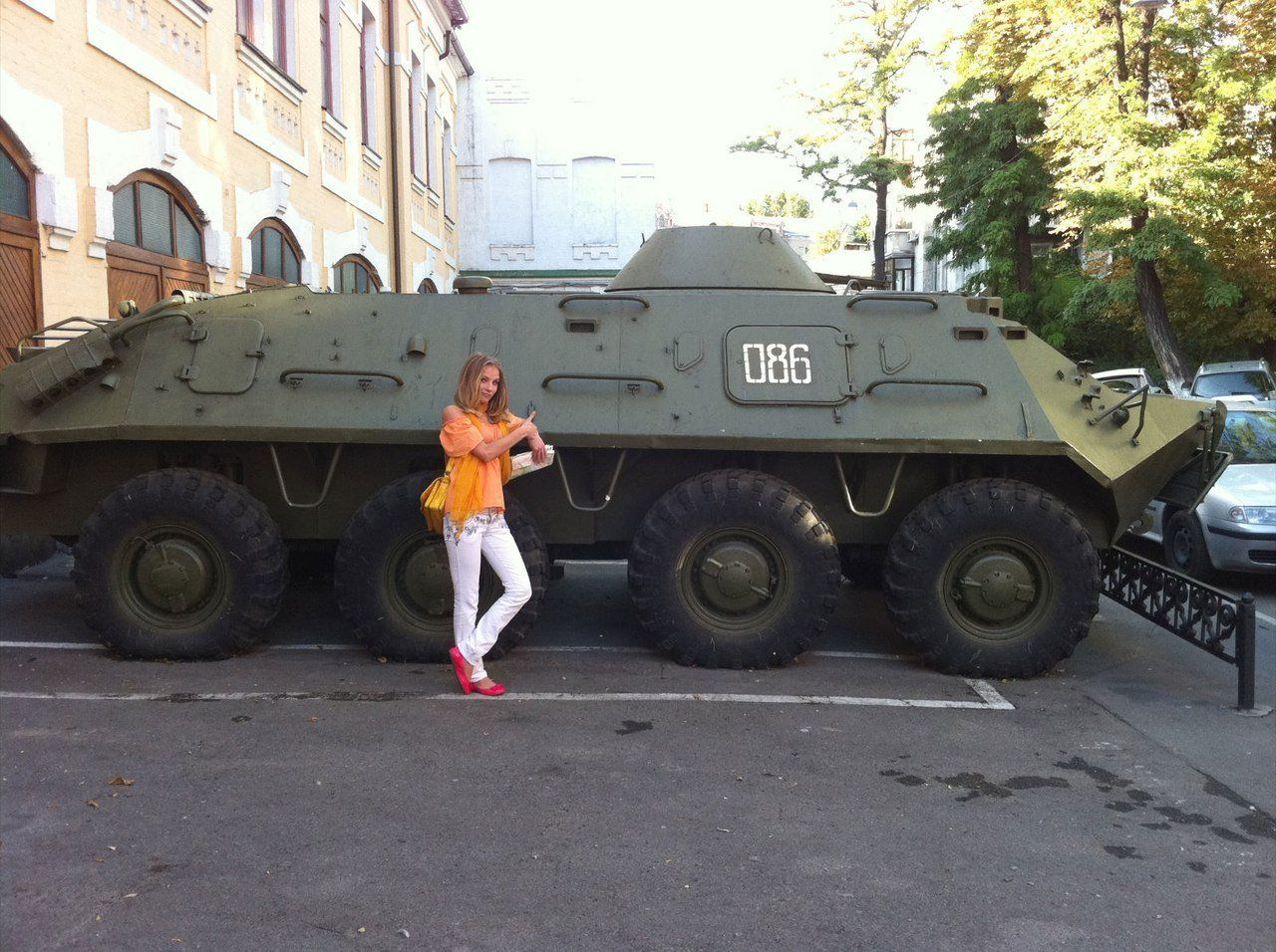 Девушка у БТР-60