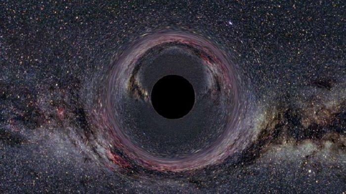 Расширяющаяся Вселенная и черная дыра