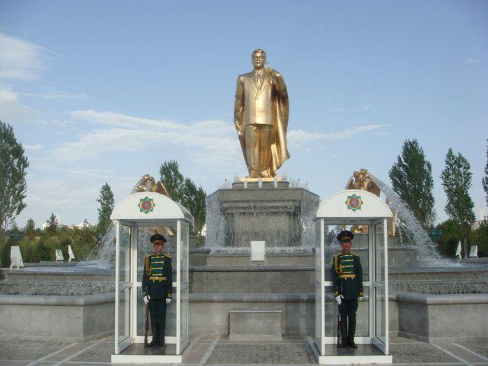 Статуя Ниязова