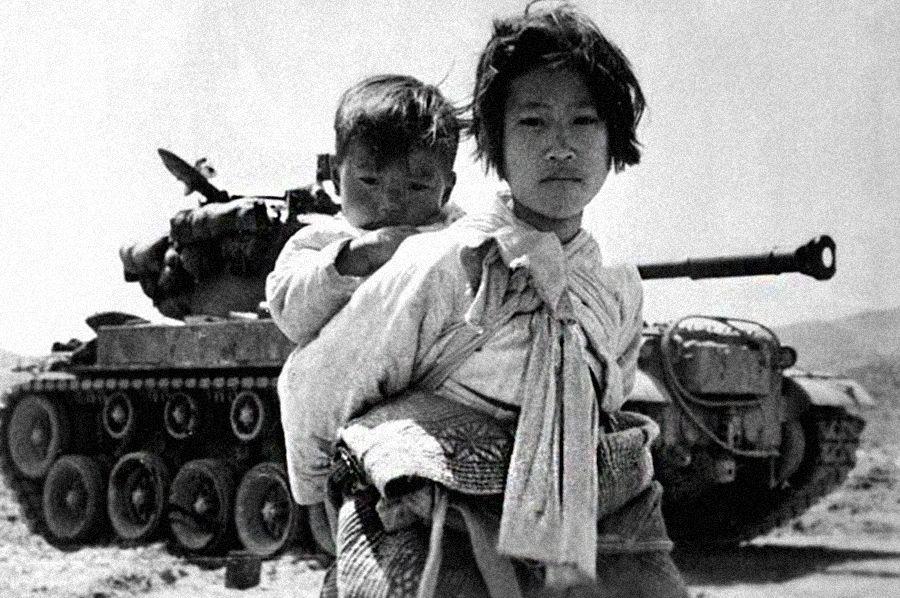 Женщина с ребенком и танк