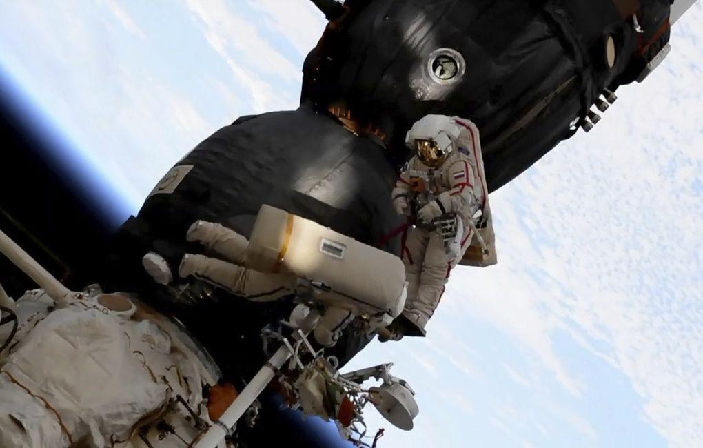 Космонавты осматривают обшивку корабля
