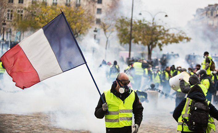 Протестующий с флагом