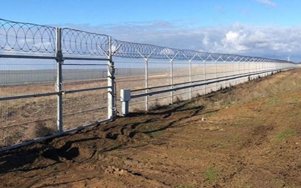 Стена на границе Крыма