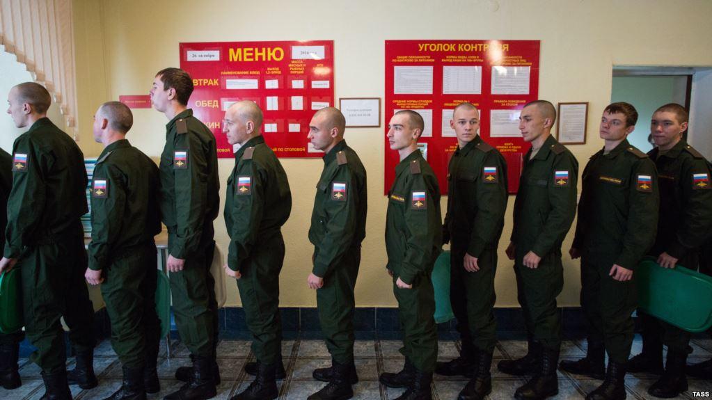 Призывники в военкомате