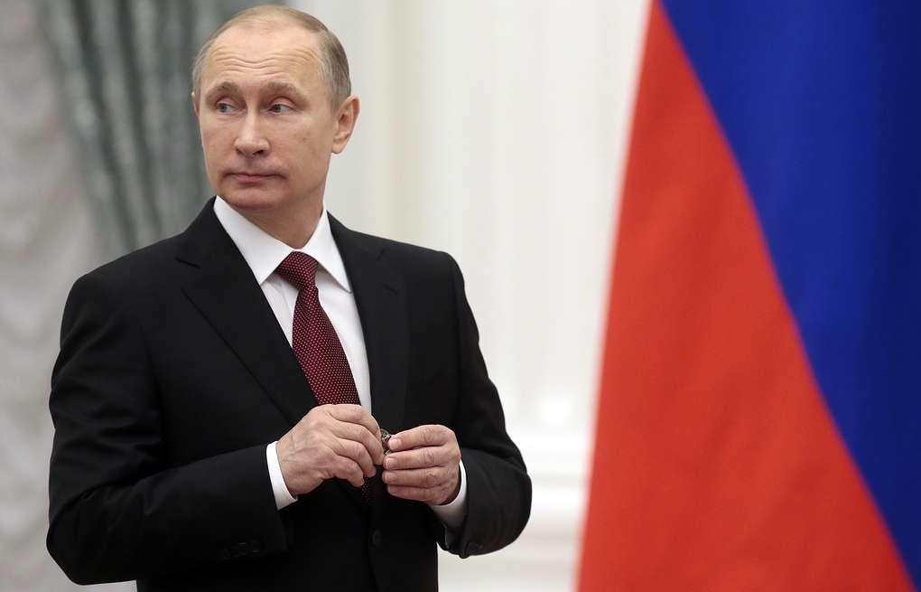Путин на фоне флага