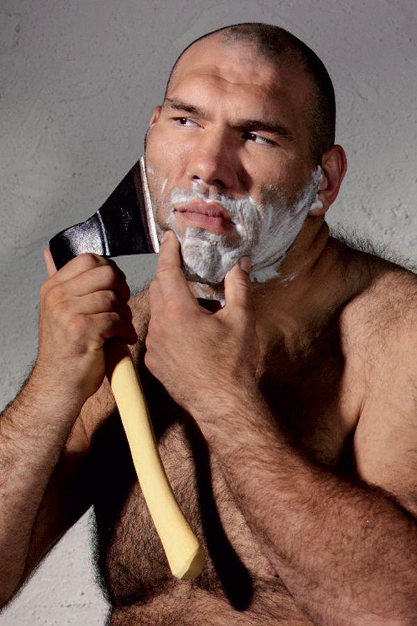 Русский мужчина бреется