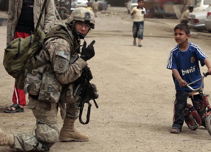 Солдат США и иракский ребенок