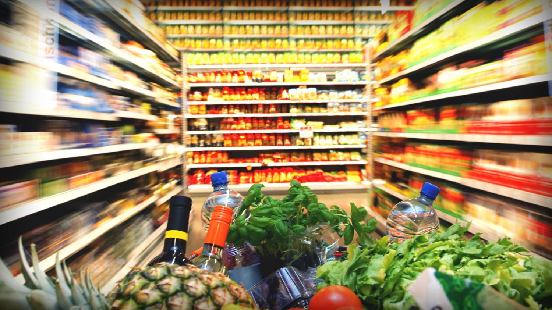 Тележка с товарами в гипермаркете