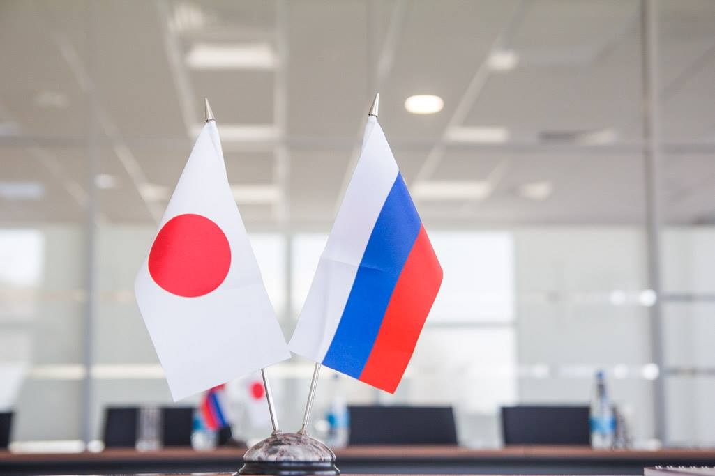 Японский и российский флажки