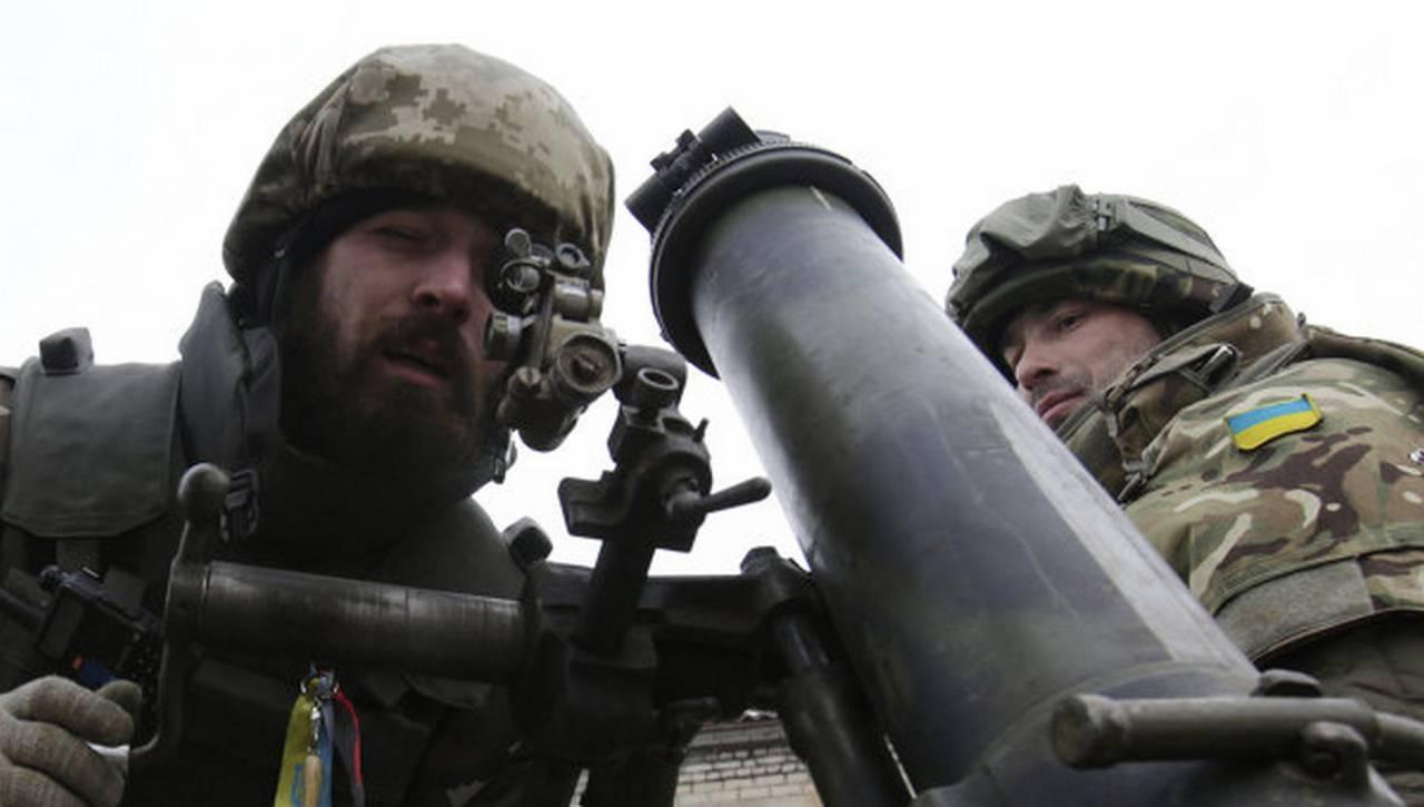 Бойцы ВСУ с минометом