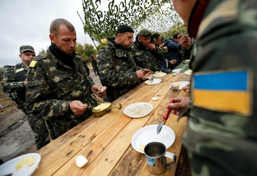 Бойцы ВСУ за едой