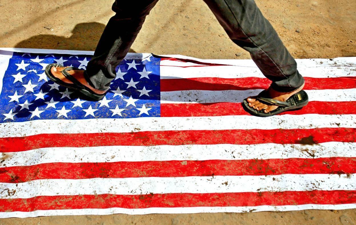 Человек, идущий по флагу США