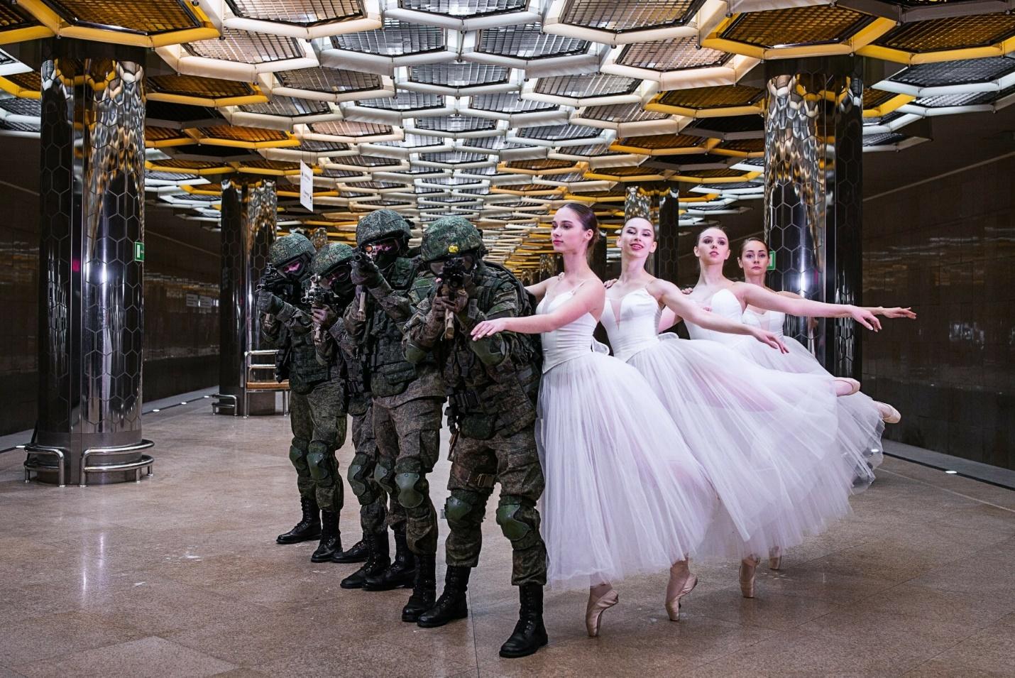Военные с балеринами