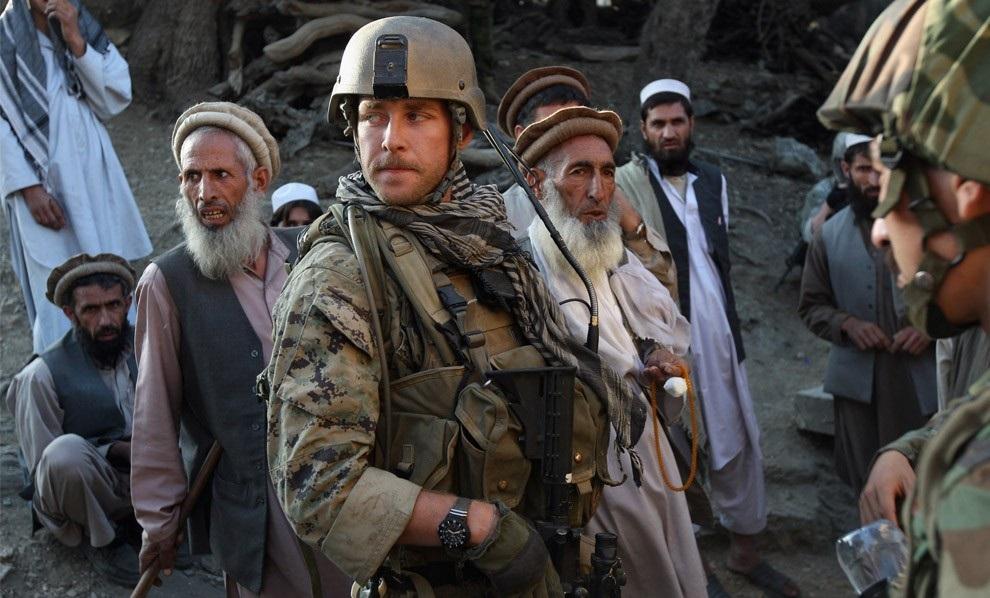 Солдаты НАТО среди афганцев