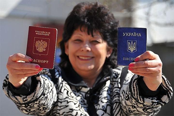 Женщина с паспортами