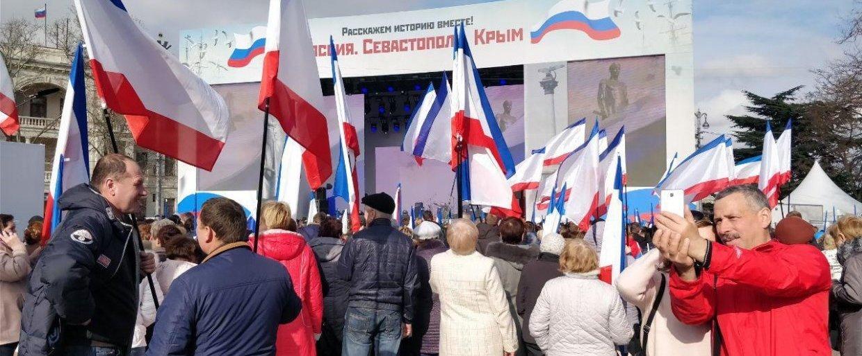 Крымчане с флагами
