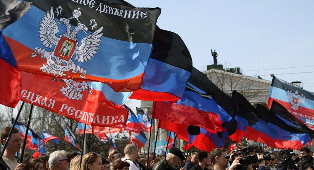 Люди с флагами ДНР