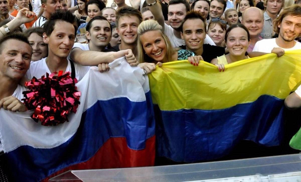 Люди с флагами России и Украины
