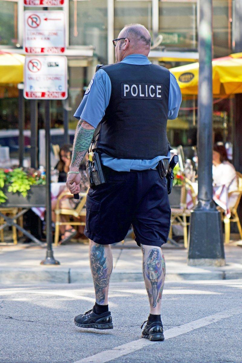 Полицейский с татуировками