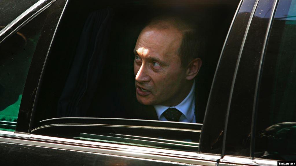 Злое лицо в окне автомобиля