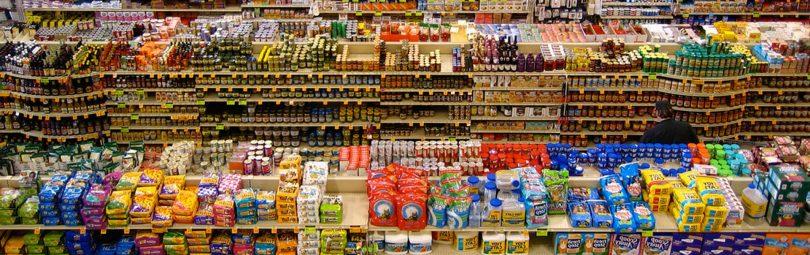 Полки с товарами в гипермаркете
